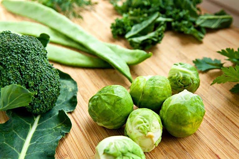 Rau xanh đậm là thực phẩm không thể thiếu trong thực đơn ăn uống của mẹ bầu bị táo bón