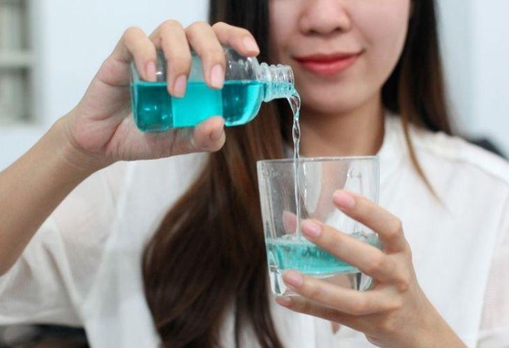 Súc miệng mỗi ngày để giảm viêm lợi, kiểm soát tình trạng chảy máu chân răng
