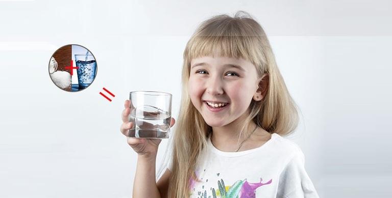 Súc miệng bằng nước muối ấm hằng ngày là cách đơn giản nhất giúp bé bảo vệ răng miệng