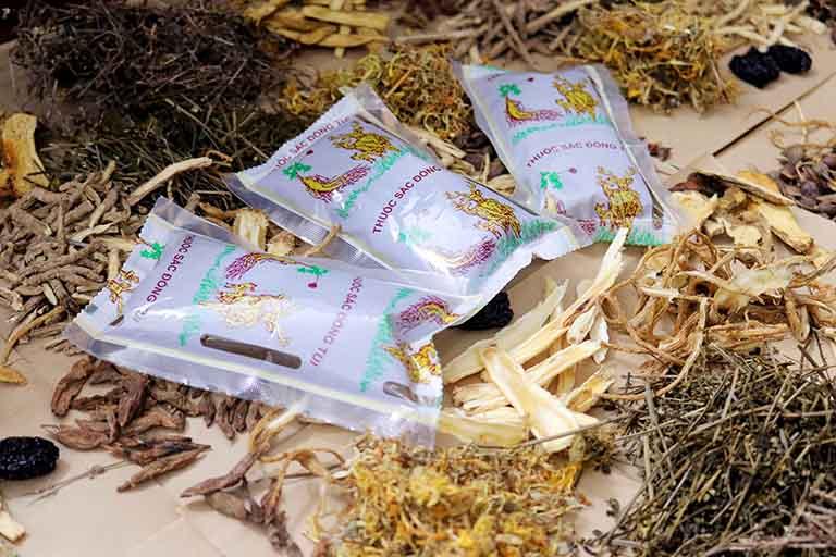 Bài thuốc uống Tiêu ban hoàn bì thang có dạng thuốc sắc sẵn, đóng gói tiện dụng