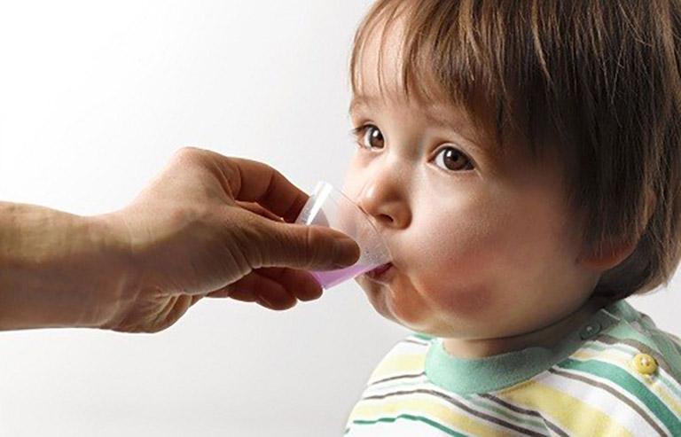Cho trẻ sử dụng thuốc Tây y trị táo bón có tác dụng kích thích nhu động ruột và đi tiêu dễ dàng hơn