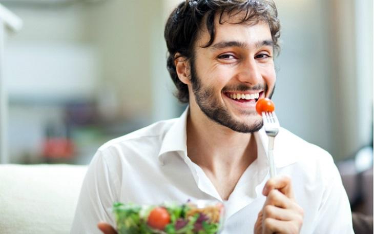 Một chế độ ăn uống lành mạnh cũng sẽ giúp bạn cải thiện tình trạng tinh trùng yếu hiệu quả