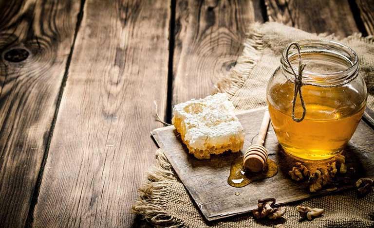 Bố mẹ có nên sử dụng mật ong thụt hậu môn trị táo bón cho trẻ sơ sinh không?