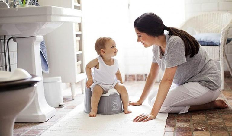 Mẹ nên thường xuyên theo dõi việc đi đại tiện của trẻ giúp kiểm tra mức độ tiến triển của bệnh