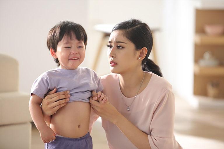 Trẻ bị táo bón thường xuyên quấy khóc hoặc sợ đi đại tiện