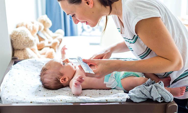 Sử dụng thuốc bôi ngoài da làm giảm bớt tổn thương trên da trẻ