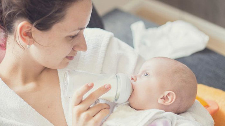 Trẻ sơ sinh dưới 1 tháng tuổi dùng sữa công thức có nguy cơ bị táo bón rất cao
