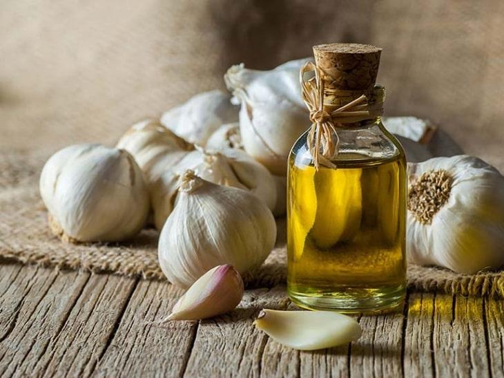 Sự kết hợp giữa dầu dừa và tỏi mang lại công dụng hỗ trợ điều trị bệnh á sừng rất tốt