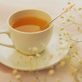 Mật ong pha với nước ấm có khả năng làm sạch khoang miệng hiệu quả