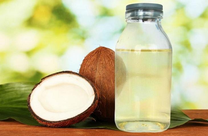 Chị em có thể kết hợp tinh bột nghệ với dầu dừa để xóa mờ đốm nâu