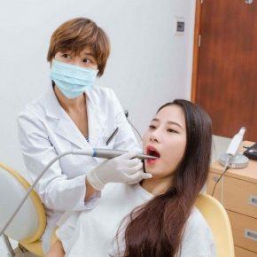 Trước khi trồng răng khểnh bạn sẽ được thăm khám tổng quát