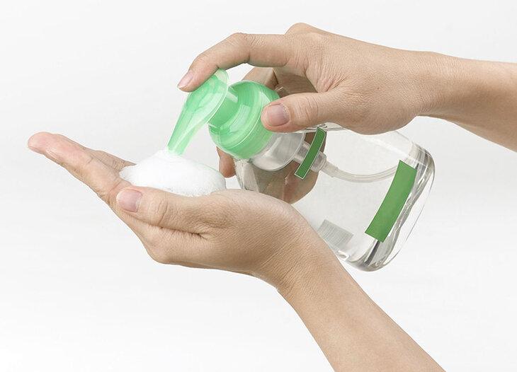 Sử dụng dung dịch vệ sinh có tính tẩy rửa quá mạnh là một trong những nguyên nhân dẫn đến bệnh viêm cổ tử cung