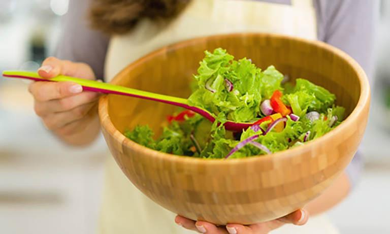 Khi gặp khó khăn trong việc đi đại tiện bạn nên tăng cường bổ sung rau xanh vào trong thực đơn ăn uống