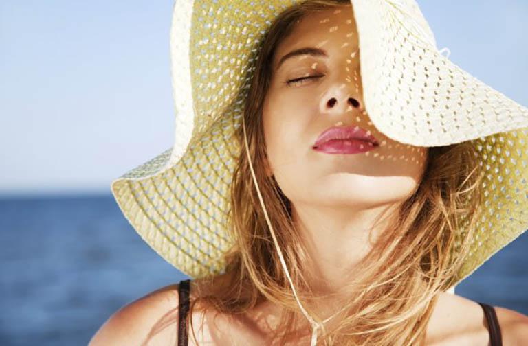 Càn có biện pháp bảo vệ da khi đi ra ngoài trong suốt quá trình điều trị mụn bằng kem Retin A