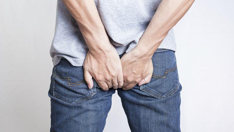 Khó đi ngoài là một trong những triệu chứng điển hình của bệnh trĩ