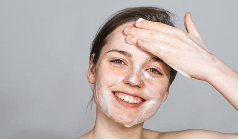 Cần vệ sinh da sạch sẽ trước khi dùng kem chấm mụn phòng ngừa viêm nhiễm lan rộng