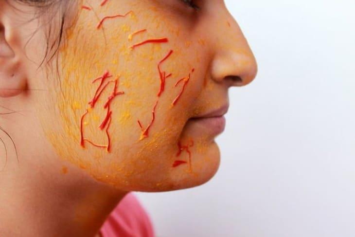 Việc sử dụng mặt nạ saffron để làm đẹp da là phương pháp được rất nhiều chị em áp dụng