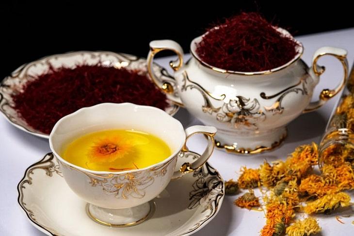 Trà hoa cúc với saffron tốt cho người bị chóng mặt, đau đầu, mất ngủ