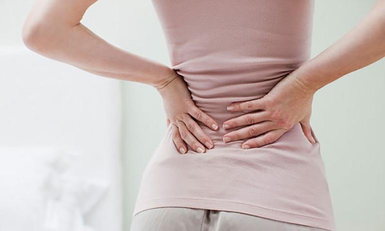 Đau vùng thắt lưng là triệu chứng điển hình của bệnh gai đôi cột sống S1