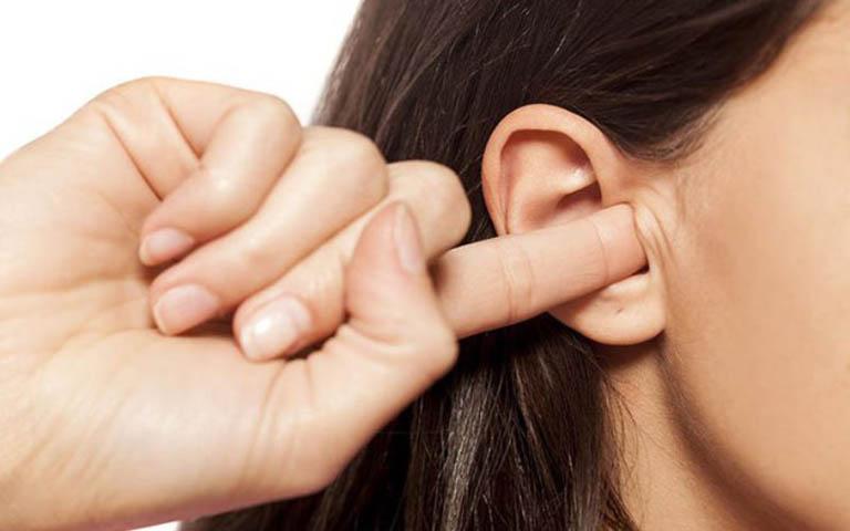 Cần loại bỏ thói quen đưa ngón tay vào trong lỗ tai để hạn chế gây tổn thương đến vùng da ở đây