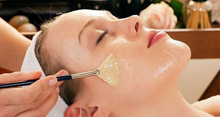 Đắp mặt nạ lòng trắng trứng là mẹo điều trị mụn đầu trắng khá đơn giản và hiệu quả
