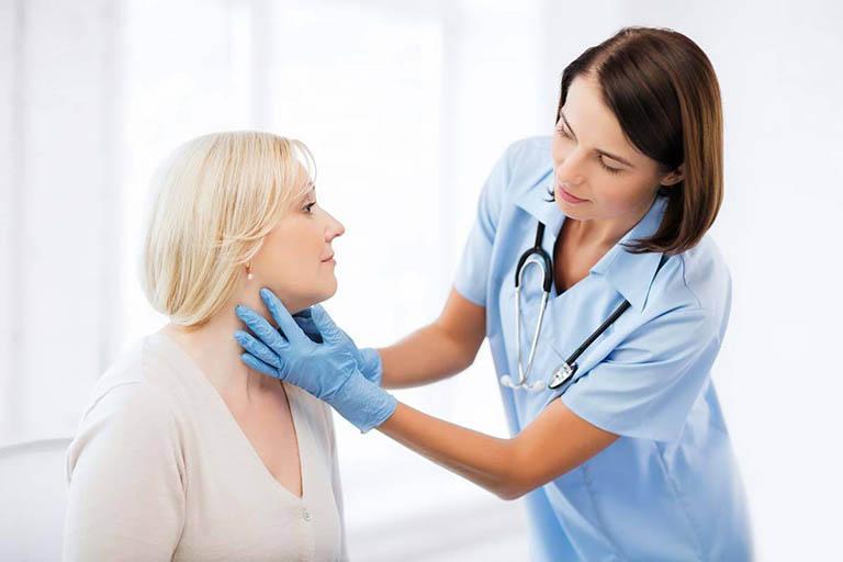 Thăm khám chuyên khoa khi bị nhọt trong tai để được hướng dẫn xử lý đúng cách