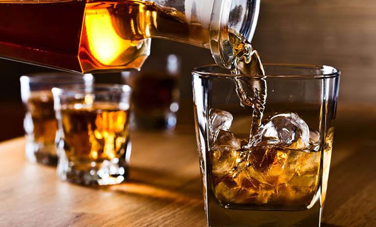 Rượu bia là nhóm thực phẩm cần phải tránh xa sau khi đốt mụn thịt