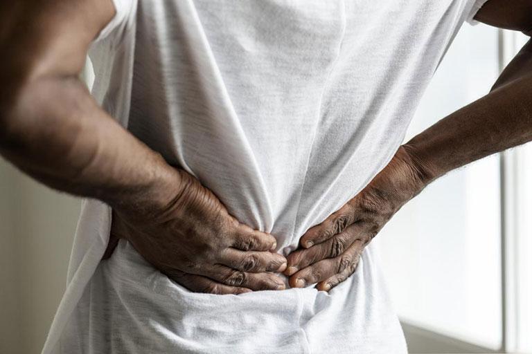 Khi bị đau nhức cột sống âm ỉ kéo dài thì bạn cần thăm khám và điều trị chuyên khoa