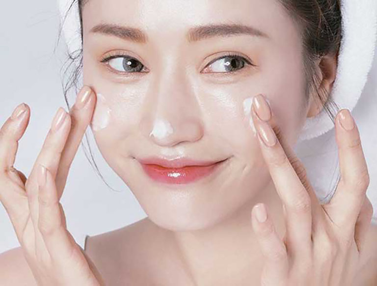 Dùng kem Face Pháp dưỡng da tại nhà mang lại hiệu quả nhanh chóng nhưng không được chuyên gia đánh giá cao