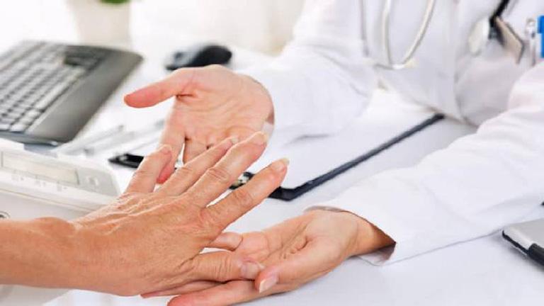 Thăm khám chuyên khoa để được bác sĩ tư vấn phương pháp điều trị bệnh phù hợp