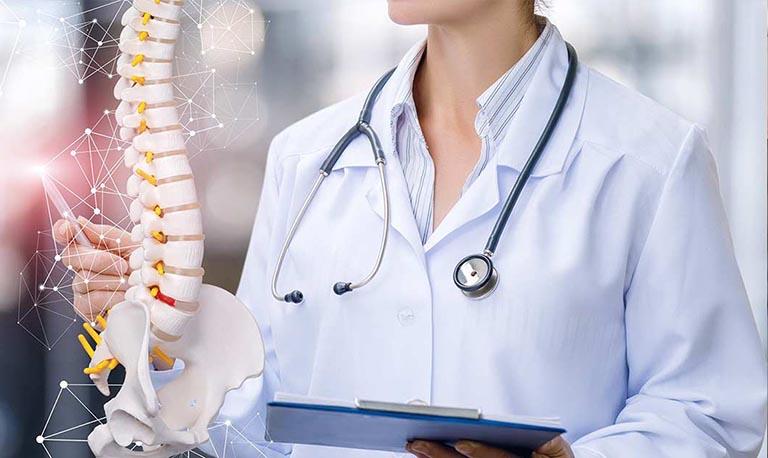 Thăm khám chuyên khoa ngay khi có dấu hiệu của bệnh gai đôi cột sống