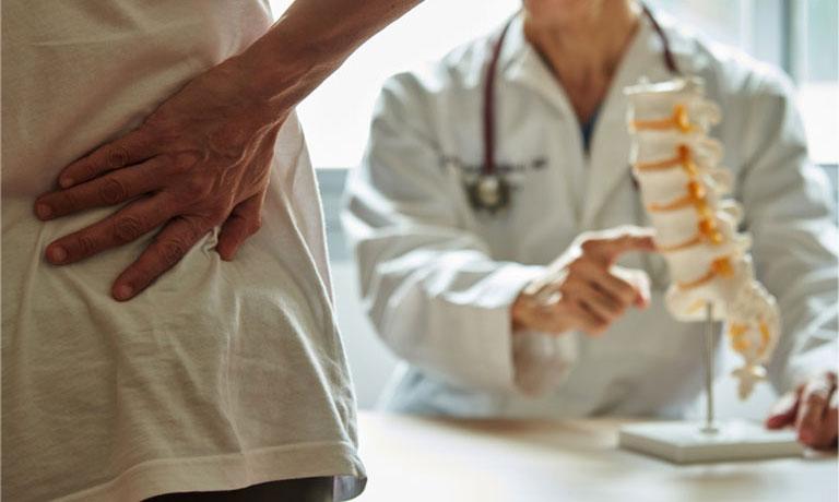 Người bệnh nên đến gặp bác sĩ thăm khám để được tư vấn phương pháp mổ gai cột sống phù hợp
