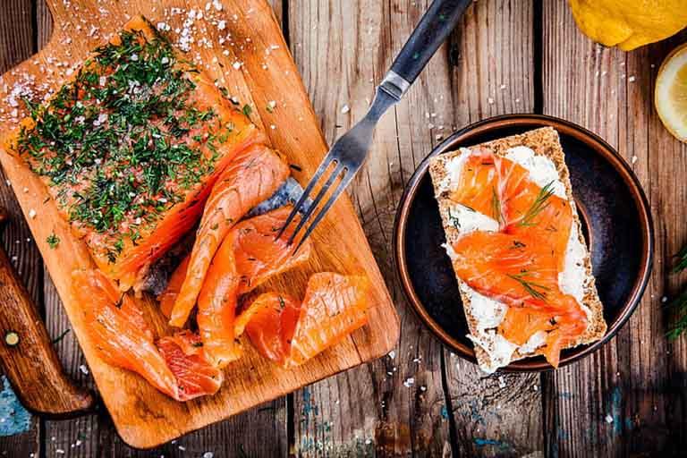 Cá hồi là thực phẩm được chuyên gia khuyến khích nên sử dụng dụng khi bị mụn nhọt