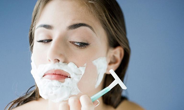 Cạo lông mặt khiến da dễ bị tổn thương, viêm nhiễm và hình thành nên mụn nhọt