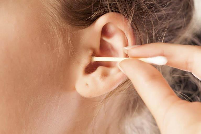 Làm sạch tai không đúng cách là một trong những nguyên nhân tạo cơ hội cho nhọt hình thành