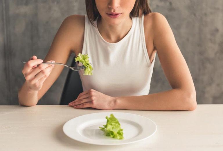 Chế độ ăn uống kiêng khem quá mức để giảm cân sẽ khiến sức đề kháng suy yếu và dễ bị mụn nhọt