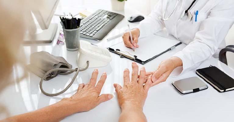 Tiến hành thăm khám định kỳ để kiểm tra mức độ đáp ứng điều trị của cơ thể