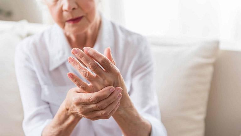 Dùng thuốc điều trị triệu chứng giúp người bệnh cảm thấy dễ chịu hơn và cải thiện khả năng vận động