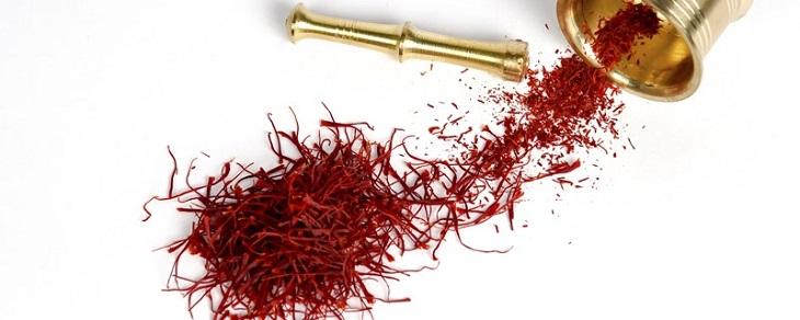 Ngoài ra, có thể phân biệt saffron chất lượng thật hay giả qua mùi vị