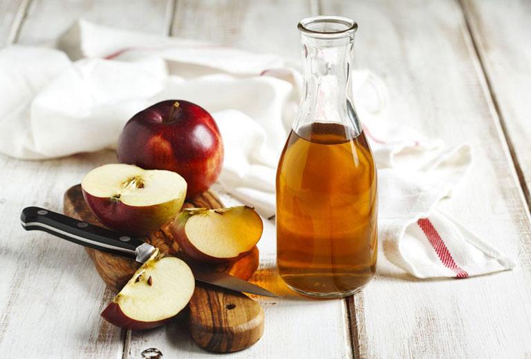 Dùng giấm táo pha loãng để loại bỏ các nốt mụn thịt trên da