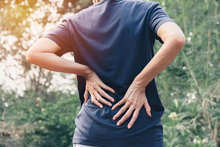 Đau nhức vùng thắt lưng là triệu chứng điển hình của bệnh lý này