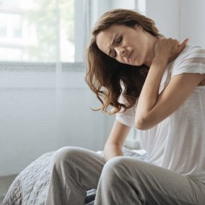Ngủ dậy bị đau vai