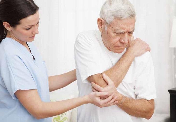 Khi dùng Aceclofenac gặp tác dụng phụ, có thể cần chăm sóc y tế