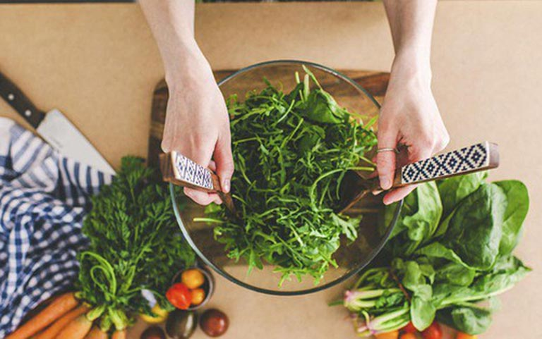 Rau xanh là nhóm thực phẩm không thể thiếu trong thực đơn ăn uống của người bị loãng xương