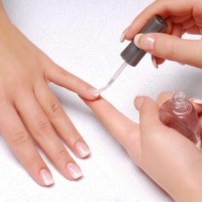 Cách chăm sóc móng tay sau khi làm nail - Dùng chất làm chắc móng