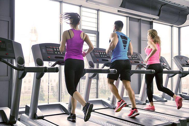 Có thể chạy bộ với máy chạy ở phòng tập gym