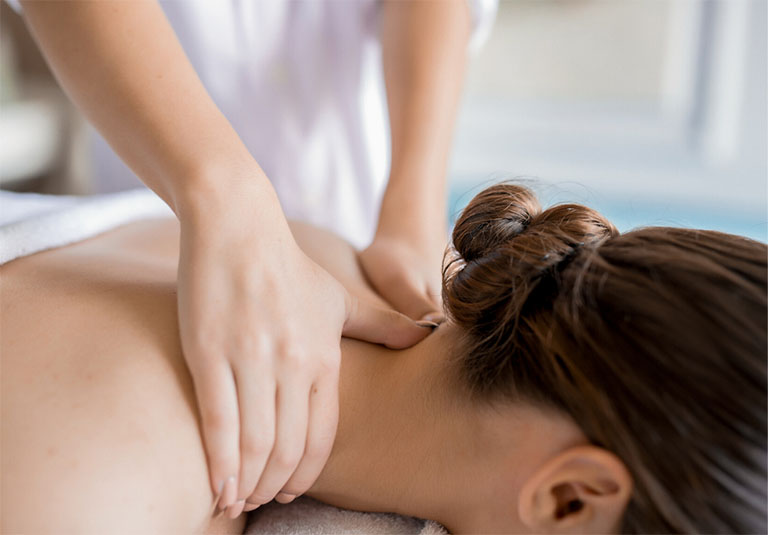 Tiến hành massage giảm nhẹ triệu chứng đau nhức tại vùng vai gáy