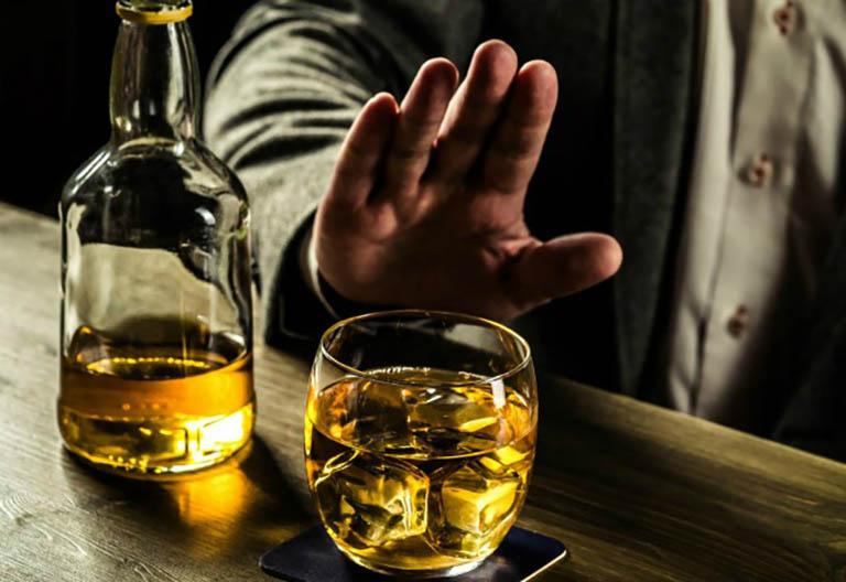 Người bị loãng xương không được uống rượu bia nếu không muốn tình trạng bệnh chuyển biến nặng