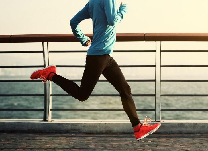 Sải chân quá dài khi chạy sẽ khiến tăng lực tiếp đất, lãng phí năng lượng