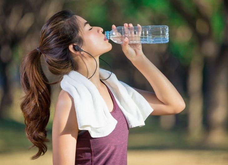 Uống đủ nước là biện pháp giảm nguy cơ đột quỵ